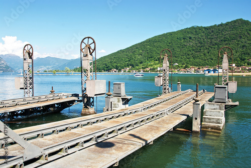 Fotobehang Pier Banchina di collegamento tra i treni e i battelli