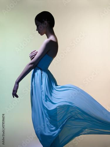 Papiers peints womenART Graceful woman in green dress