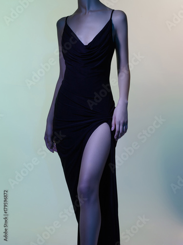Staande foto womenART Female figure in black dress