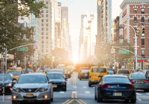 Foto Murales Traffic along 3rd Avenue in New York City with Sunlight Background