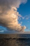 Enorme nuage colore au-dessus de la mer