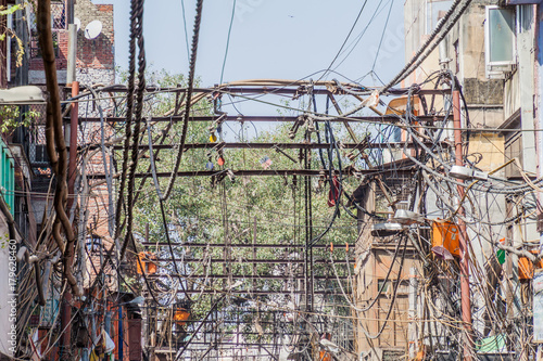 Foto Murales Chaotic mess of electric cables in the center of Delhi, India