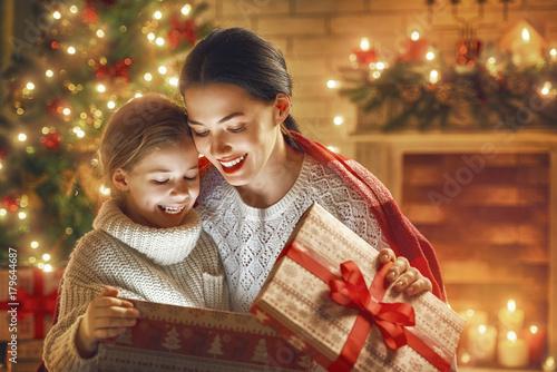 Zobacz obraz family with magic gift box