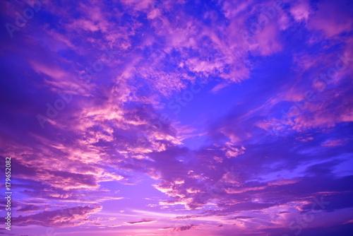 Foto op Plexiglas Donkerblauw 幻想的な空景色