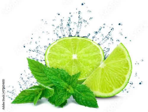 plusk wody z limonki i mięta na białym tle