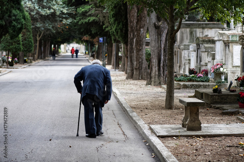 Sénior marcher cimetière