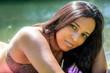 junge Frau in BH Sonnenbad