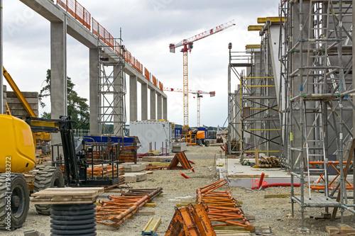 Naklejka Chantier bâtiment piliers béton et échafaudage