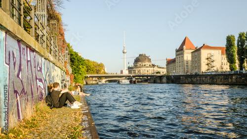 Foto op Plexiglas Berlijn Chilling people at river spree
