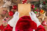 weihnachtsmann beim lesen von wunschzettel Brief leer vorlage Schriftrolle am  weihnachten Schreibtisch dekoriert aus Holz - 179693611
