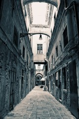 Empty Venice Alley © Jason Yoder