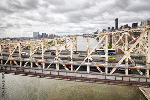Foto op Aluminium New York TAXI Queensboro Bridge seen from the cable car to Roosevelt Island, New York, USA.