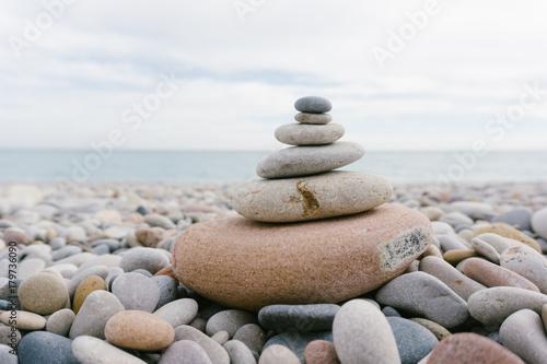 Poster Stenen in het Zand pila de piedras formando un arbol de navidad
