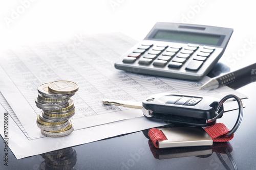Koszty samochodu i finansowanie; Klucz samochodowy, samochód, długopis i kalkulator na tabelach, tło, kopia przestrzeń
