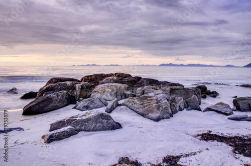 Fotobehang Purper Rochers sur la plage