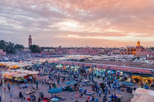 Tuinposter Marokko Sonnenuntergang über dem Djemaa el Fna in Marrakesch; Marokko