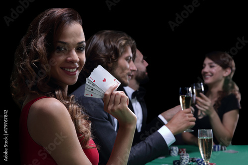 Платно Woman at roulette table holding champagne glass in casino