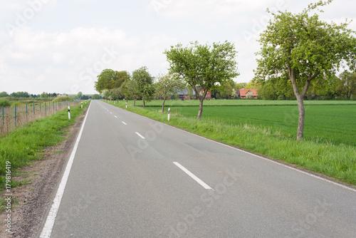 Foto op Canvas Wit Landstraße im ländlichen Raum