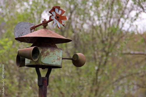 Kleine Windmühle in einem Garten Poster
