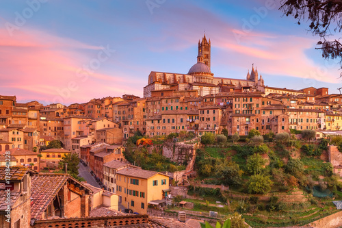 Staande foto Toscane Beautiful view of Dome and campanile of Siena Cathedral, Duomo di Siena, and Old Town of medieval city of Siena at gorgeous sunset, Tuscany, Italy