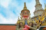 Wat Phra Kaew, lub Świątynia Szmaragdowego Buddy i oficjalnie jako Wat Phra Si Rattana Satsadaram, jest uważana za najświętszą świątynię buddyjską w Bangkoku w Tajlandii, symbol Gigantyczny posąg.