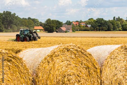 Aluminium Trekker Traktor auf Feld mit Heuballen