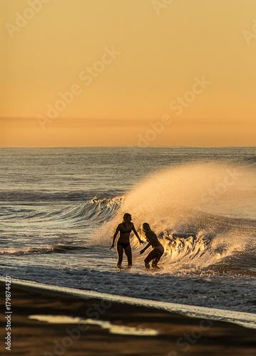 Aluminium Strand Girls love the beach