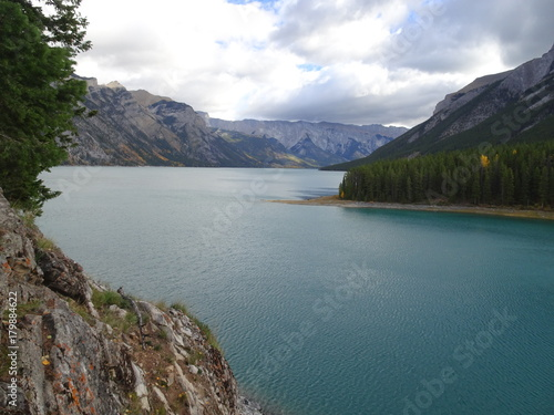 Foto op Canvas Groen blauw Lake Minnewanka in Canada, Banff National Park