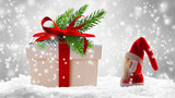 großes weihnachtsgeschenk, kleiner nikolaus - 179885204