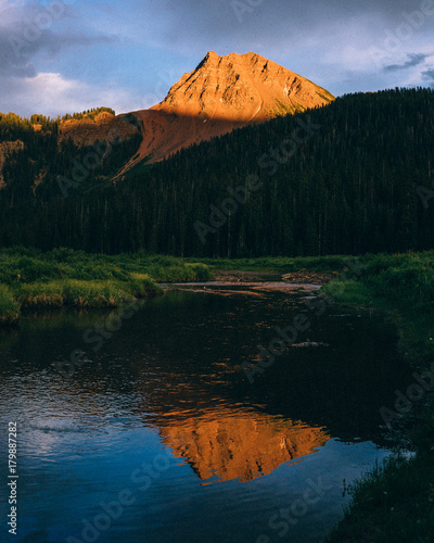 Aluminium Bergrivier Dramatic Mountain with River