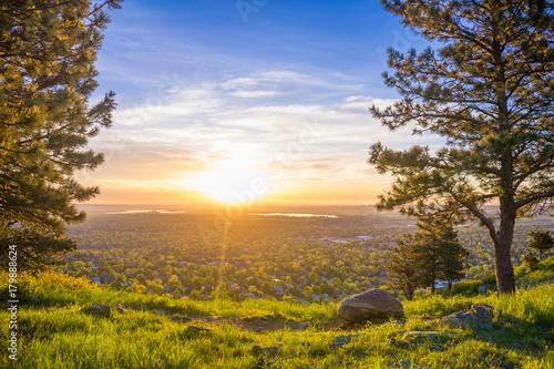 Foto op Plexiglas Ochtendgloren Vibrant Sunrise over the City