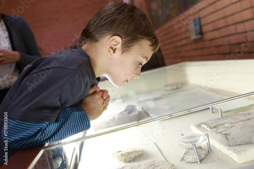 Boy in museum Plakat