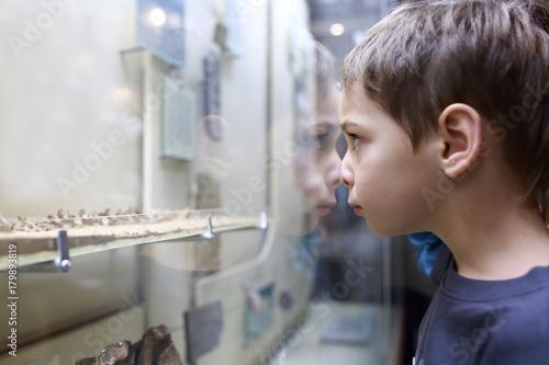 Kid in museum Billede på lærred