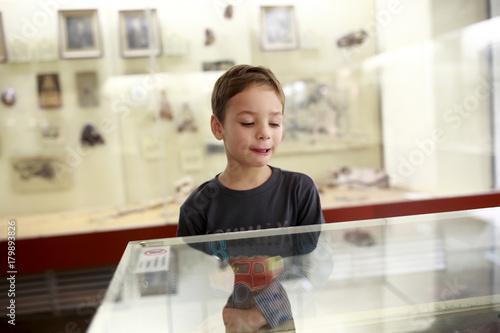 Preschooler in museum Plakat