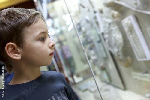 Thinking child in museum Billede på lærred