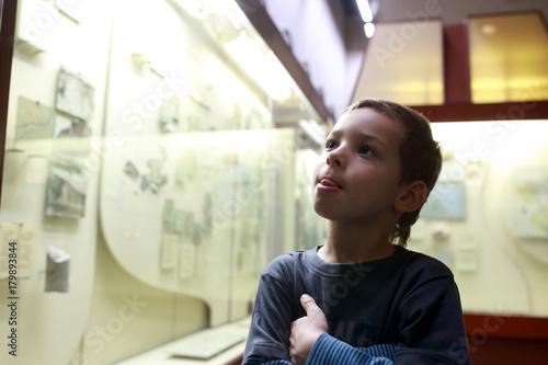 Thinking kid in museum Plakat