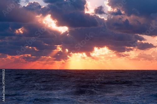 Foto op Plexiglas Ochtendgloren Vibrant sunset sea