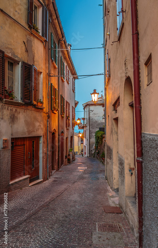 Poster Smal steegje Narrow street in the old town at night in Italy