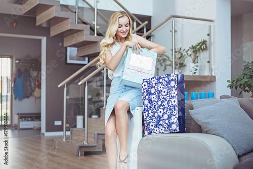 Plexiglas Konrad B. Pretty lady unboxing her shopping bags