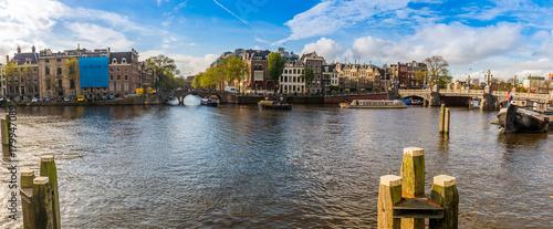 Papiers peints Photos panoramiques Panorama d'un canal et ses maisons typiques à Amsterdam, Hollande, Pays-bas