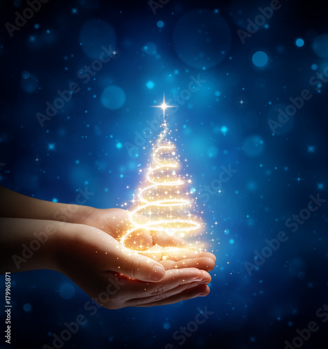 Foto Murales The Magic Of Christmas In Child Hand