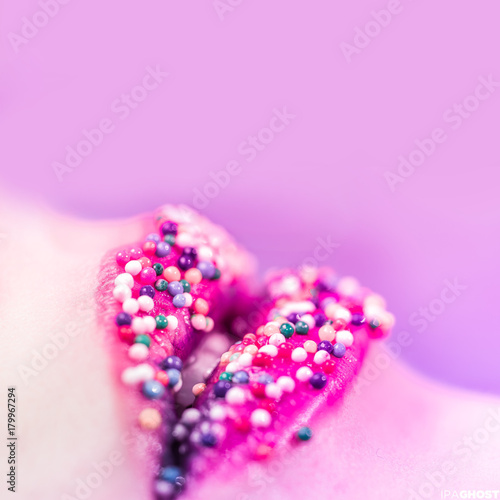 Labbra con smarties colorati fondo rosa Poster