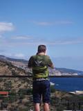 Mężczyzna robiący zdjęcie wybrzeża greckiej wyspy Thassos