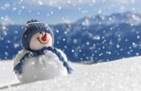 Fototapety Schneemann am Berg sieht freudig schneereicher Zukunft entgegen