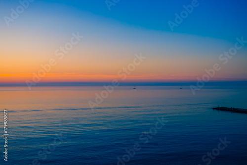 Foto op Plexiglas Ochtendgloren Sunrise over a quiet calm sea.