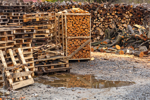 Foto op Plexiglas Brandhout textuur chopped firewood, chopped firewood stacked in boxes, Fire woods background.