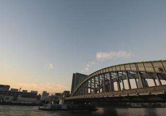 日本の東京都市風景・夕暮れ「墨田川などを望む」(右は、勝鬨橋)