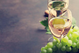 Wine glasses and grapes - 180023280