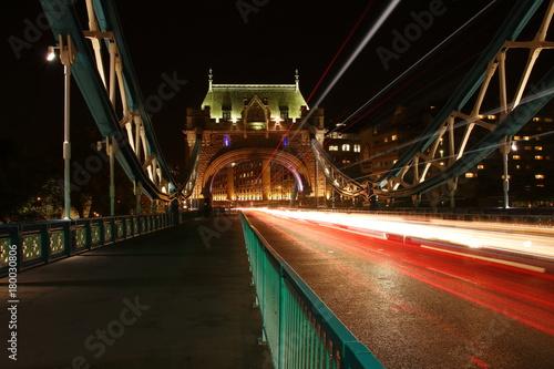 Fotobehang Londen Most Tower Bridge w Londynie, nocą, długi czas naświetlania