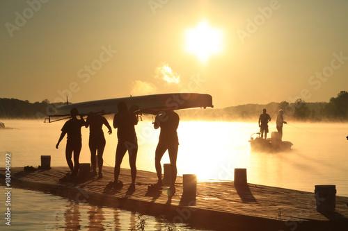 Fotobehang Zee zonsondergang Rowing Team